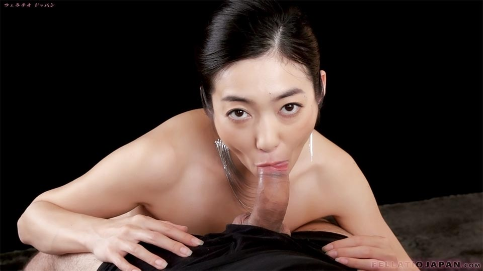 Japanese hottie Ryu Enami gives blowjob